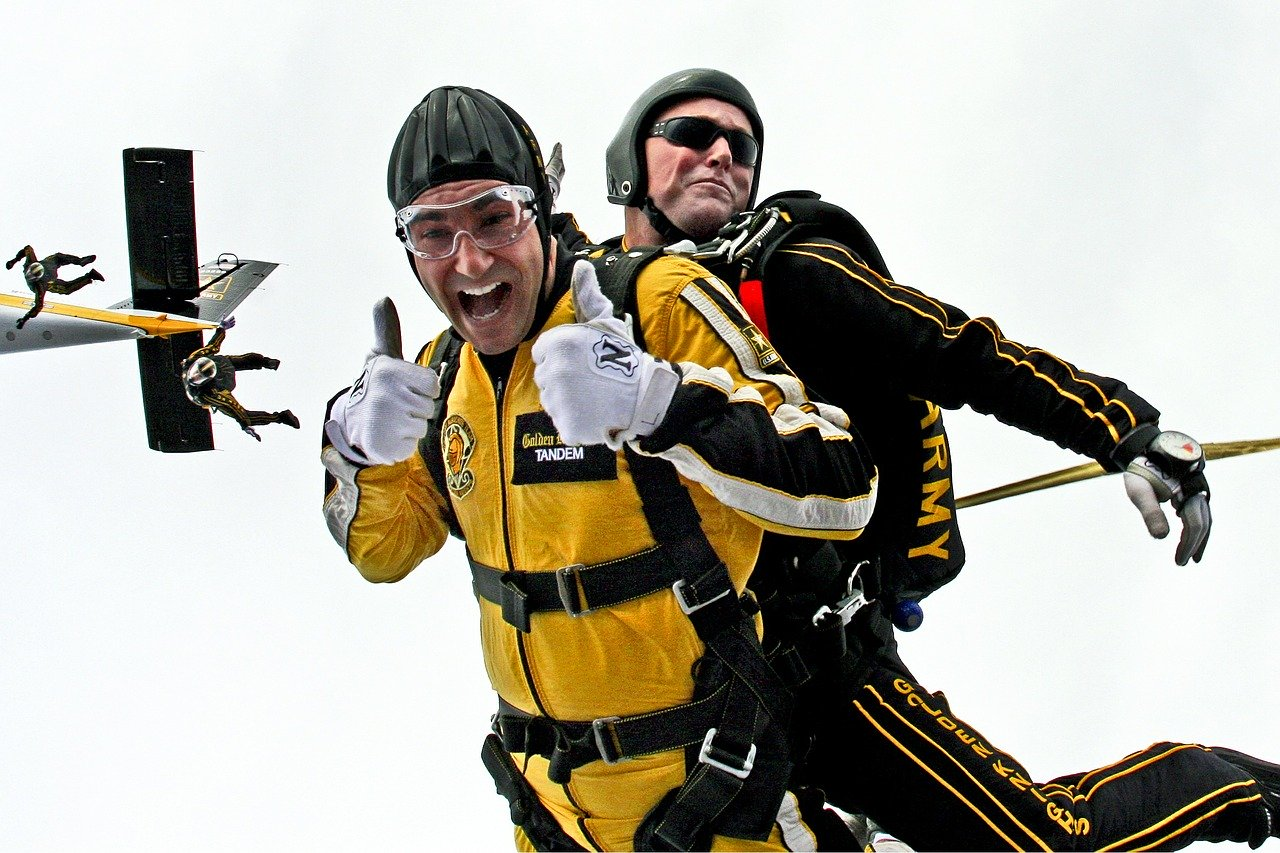 tandem skydivers, skydivers, teamwork